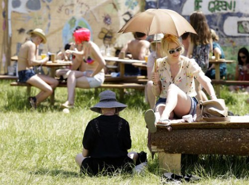 Festival-goers-shelters-f-006