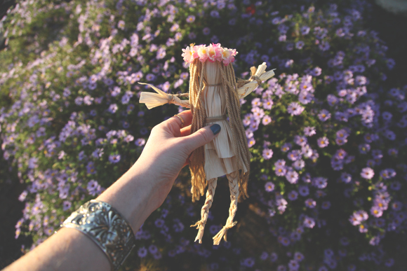 Post image for DIY Corn Husk Flower Child Doll