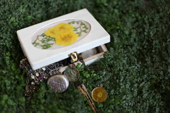 Post image for Pressed Flower DIY: Necklace & Jewelry Box