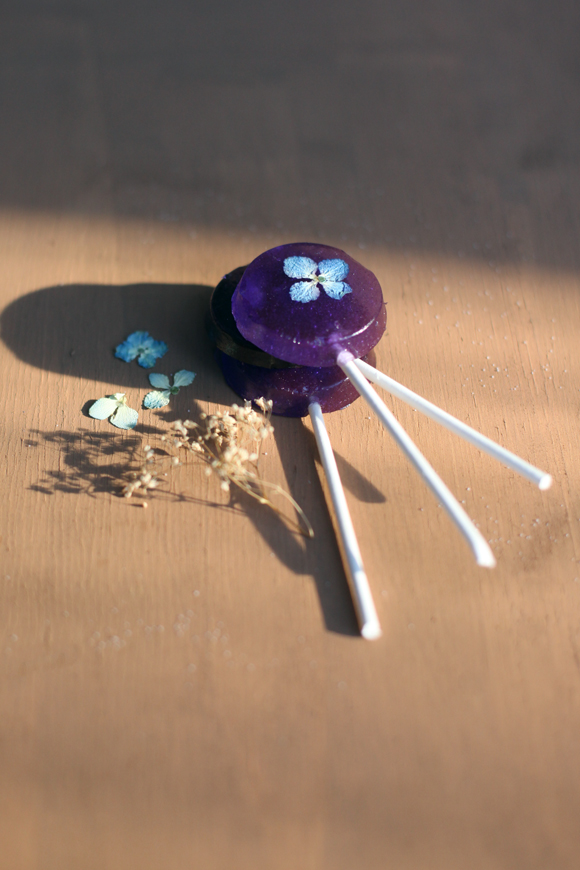 Pressed flower purple lollipops
