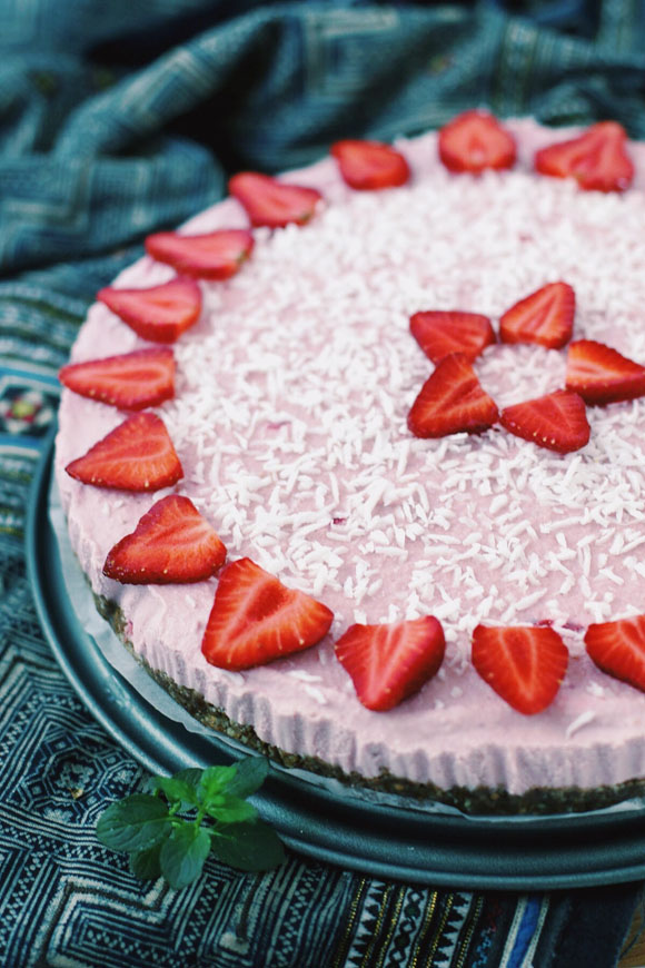 Post image for Raw Vegan Strawberry Coconut Icebox Cake